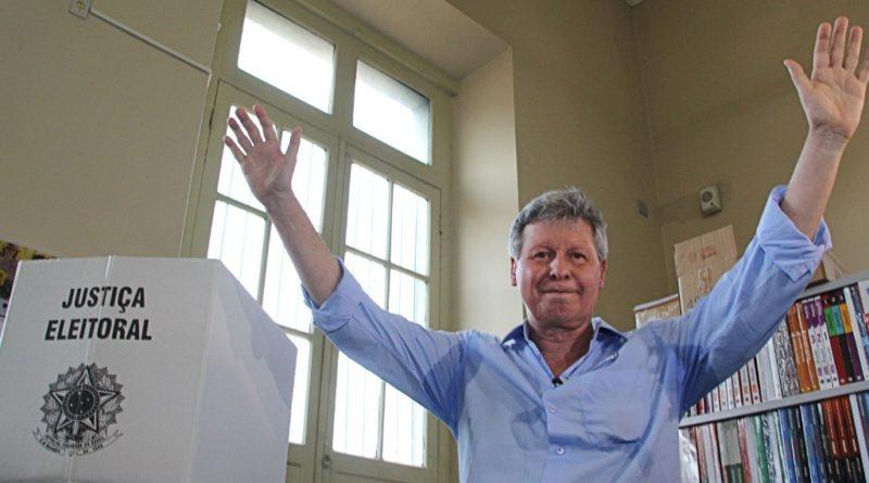 7out2012-arthur-virgilio-candidato-do-psdb-a-prefeitura-de-manaus-votou-em-um-colegio-estadual-da-cidade-neste-domingo-1349657757024_1024x768
