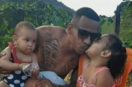 Na intenção de matar ex, homem mata as duas filhas e atira em sogra; assista