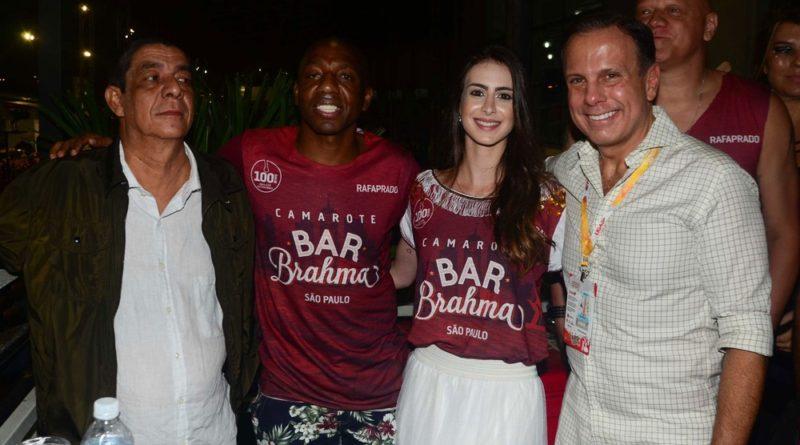 João Doria força foto com o cantor Zeca Pagodinho e o ex-jogador Amaral (Foto: Eduardo Martins / AGNEWS)